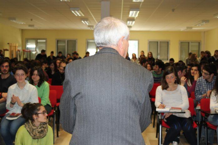 Roberto Ippolito Ignoranti Chiarelettere liceo Benevento