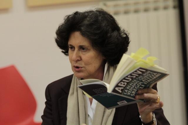 Ilaria Borletti Buitoni con Abusivi di Roberto Ippolito Chiarelettere Biblioteca Corviale 4 febbraio 2015 foto Carmelo Daniele