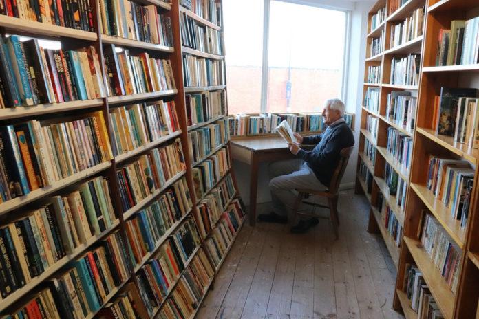 Roberto Ippolito a Rochester (Uk), nel Baggins Book Bazaar in High Street, via frequentata da Charles Dickens, 2 dicembre 2018
