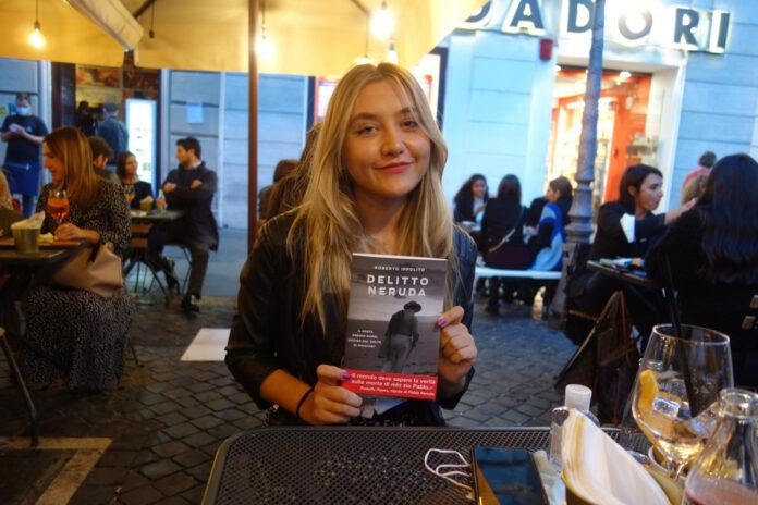 """Cristina Chiperi con il libro di Roberto Ippolito """"Delitto Neruda"""" (Chiarelettere), Roma 2 ott 2020"""