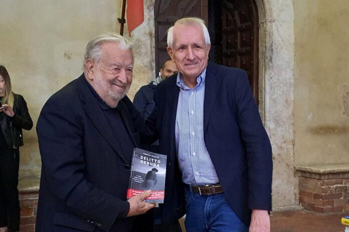 """Il regista Pupi Avati con Roberto Ippolito e il suo libro """"Delitto Neruda"""" (Chiarelettere) settembre 2020"""