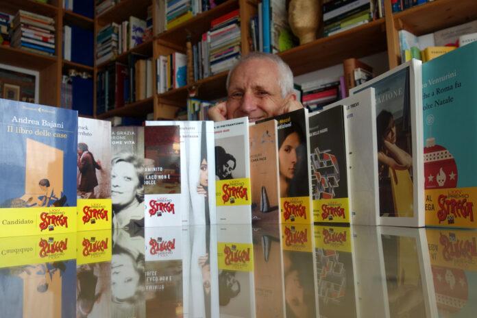 Roberto Ippolito con i dodici libri candidati della LXXV edizione del Premio Strega foto 22 maggio 2021