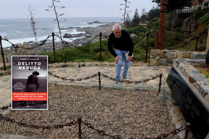 """Roberto Ippolito, autore del libro """"Delitto Neruda"""", pubblicato da Chiarelettere, accanto alla tomba di Pablo Neruda a Isla Negra in Cile"""