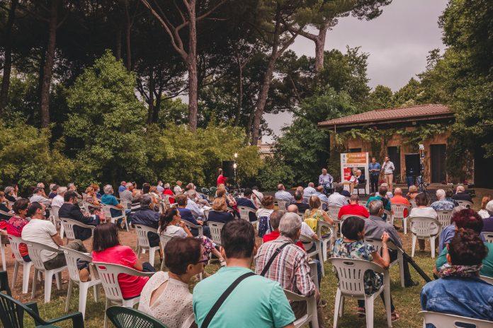 """Genzano di Roma 13 luglio 2021, Roberto Ippolito a destra presenta Walter Veltroni autore """"Il Caso Moro e la Prima Repubblica"""", Solferino"""