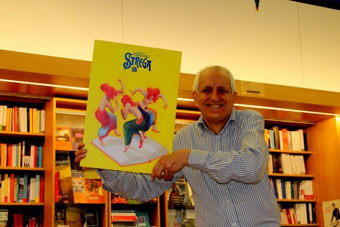 Roberto Ippolito nella libreria romana Nuova Europa I Granai con il manifesto di Lorenzo Mattotti del Premio Strega 2021