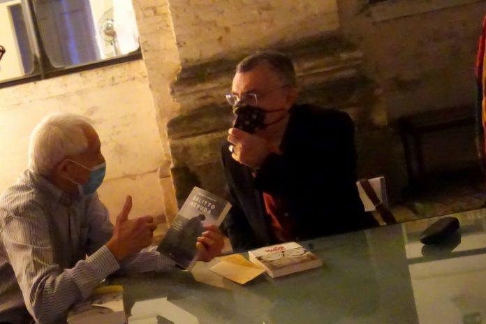 """Roberto Ippolito autore di """"Delitto Neruda"""" (Chiarelettere) e il poeta e scrittore spagnolo Manuel Vilas (Planeta e Guanda) 5 ottobre 2021 Roma"""